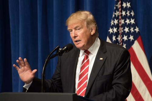 9d5a55ac049b «К черту»  Трамп вышвырнул листик с речью в ходе выступления