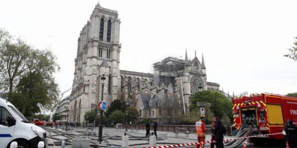 Под завалами собора Нотр-Дам в Париже нашли фигуру петуха со шпиля, хранившую мощи святых